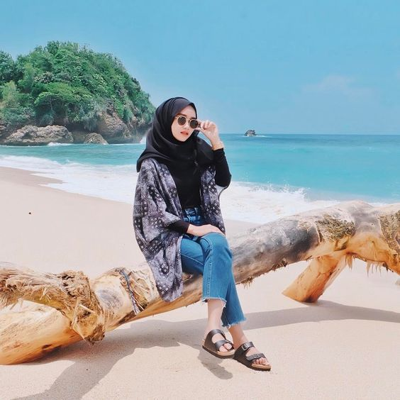 10 Inspirasi Outfit Hijab untuk ke Pantai, Feminim dengan Rok .